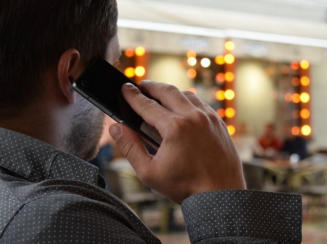man talking on the phone 1582238 640 - המתנה נעימה - איפה הכי זול?